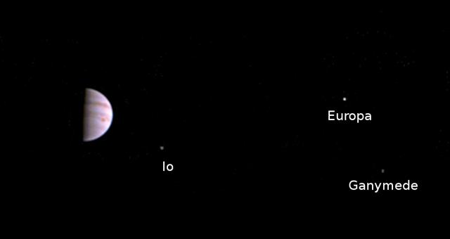 Première image de Jupiter et de 3 de ses lunes de la caméra Junocam à bord de la sonde Juno après l'insertion en orbite jovienne, prise le 10/07/2016 (Credits: NASA/JPL-Caltech/SwRI/MSSS)