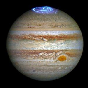 Cette image combine une image prise avec le télescope spatial Hubble dans l'optique (prise au printemps 2014) et les observations de ses aurores dans l'ultraviolet, prises en 2016. (Crédit: NASA / ESA)