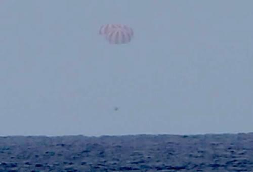 Retour sur Terre avec amerrissage du cargo Dragon CRS-9 (credit SpaceX)