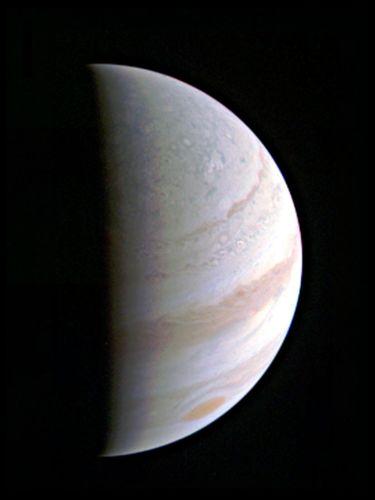 La région polaire nord de Jupiter arrive en vue alors que le satellite Juno se rapproche de la planète géante. Ce point de vue de Jupiter a été pris le 27 août, lorsque Juno était à 703 000 kilomètres (Credits: NASA/JPL-Caltech/SwRI/MSSS)