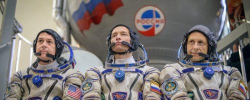 (De gauche à droite) l'astronaute Shane Kimbrough de la NASA, le cosmonaute russe Sergei Ryzhikov de Roscosmos, et le cosmonaute russe Andrey Borisenko de Roscosmos devant le simulateur de Soyuz en août 2016, au centre de formation des cosmonautes Gagarin à la Cité des étoiles ( Credits Bill Ingalls/NASA).