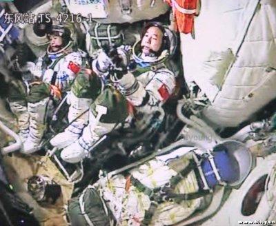 Jing Haipeng (au centre) et Chen Dong (à gauche) dans le vaisseau #Shenzhou11 le 13 Octobre 2016 lors de la répétition du lancement (via twitter)