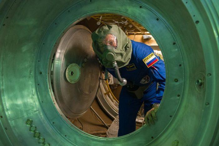 Oleg Novitsky lors d'une simulation d'incendie lors de l'examen final de l'Expedition 50/51 (source : @Thom_astro)