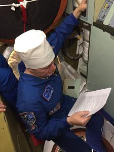 Oleg Novitsky vérifiant les toilettes du vaisseau Soyouz MS03 (credit Roscosmos)