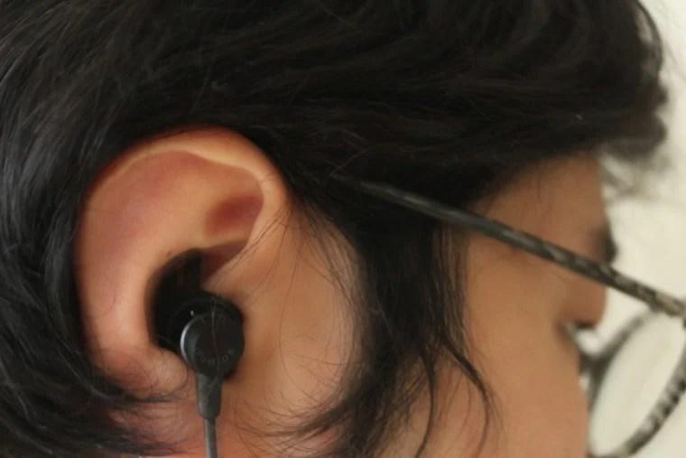 dudios Zeus Plusを耳に装着。