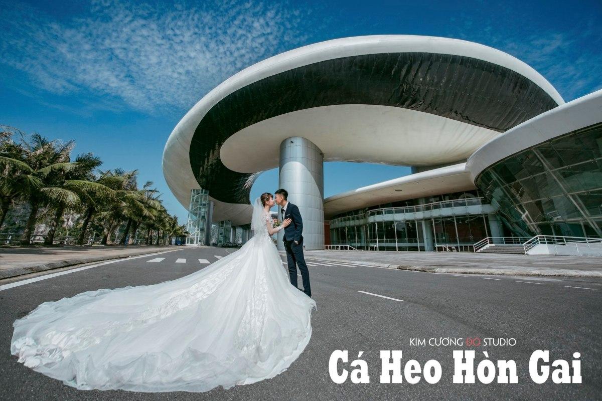 Cặp đôi chụp ảnh cưới tại Cung cá heo (Cung triển lãm quy hoạch Hạ Long)