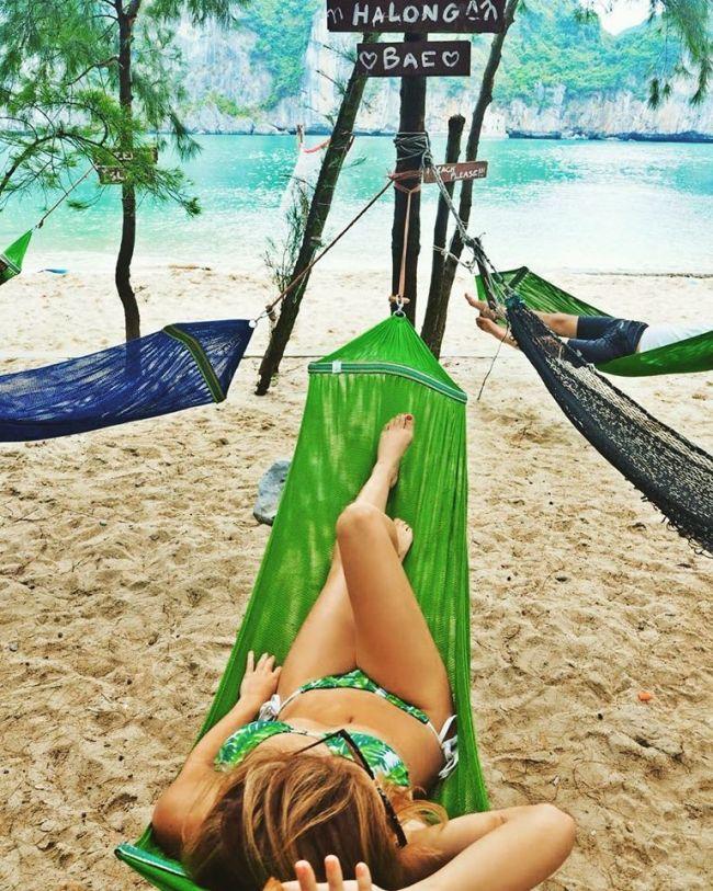 Du khách nghỉ trên võng dưới cây phi lao trên đảo Tự Do Freedom Island