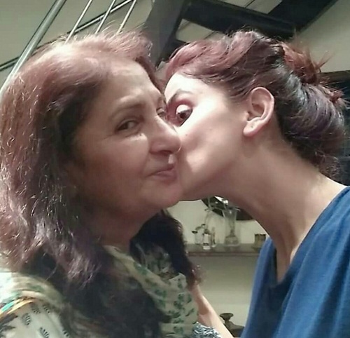 saba qamar mother