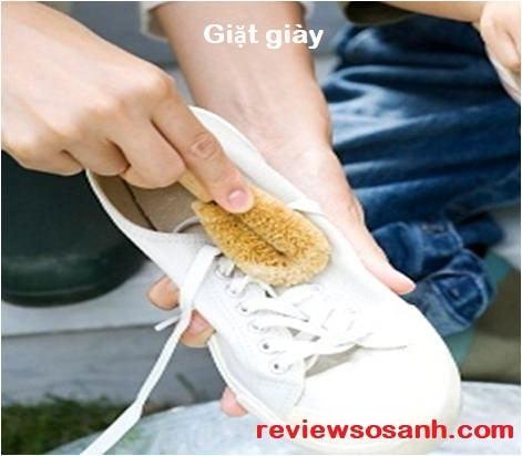 Giặt giày để khử mùi hôi