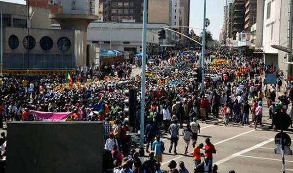 People on the streets of Harare. Image credit zgossip.co.zw