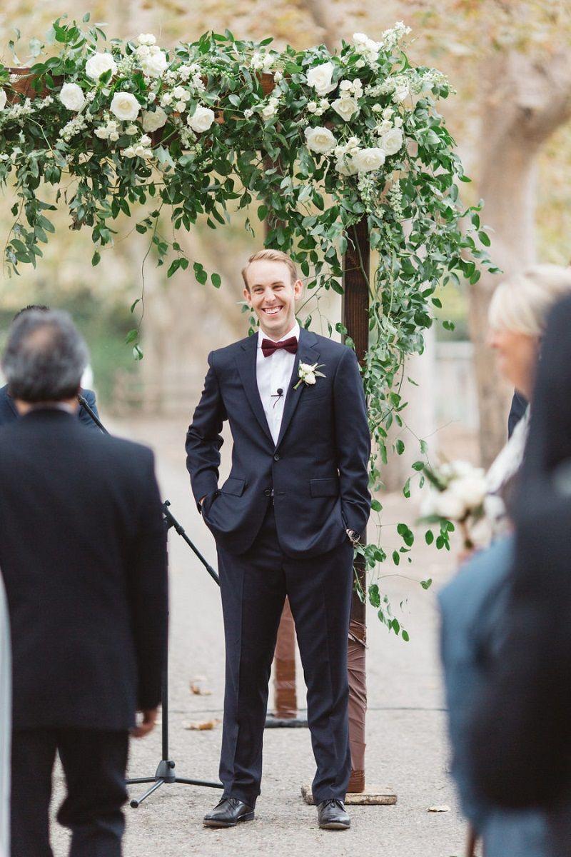 noivo-esperando-noiva-na-cerimônia-de-casamento
