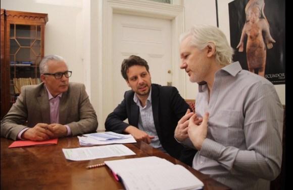 """Julian Assange quiere denunciar al gobierno de Ecuador por """"violar sus derechos"""""""