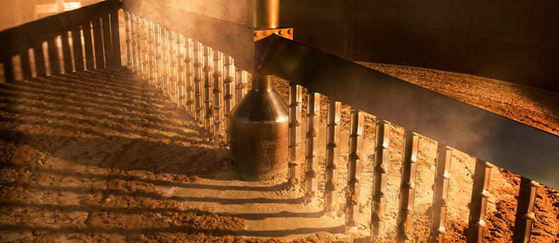 El proceso de moler la cebada para hacer single malt whiskey