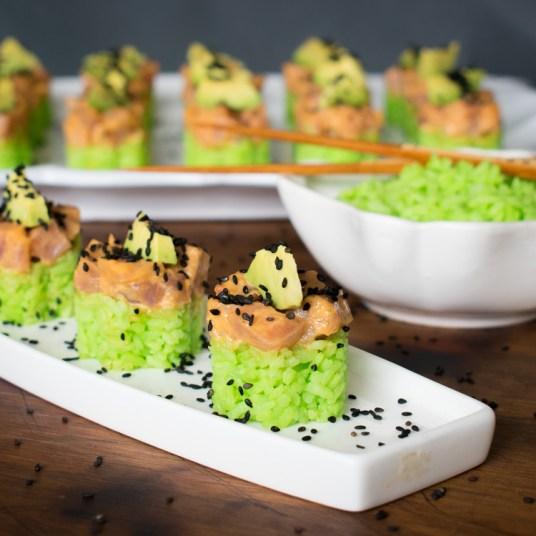 sushi de atún con arroz verde