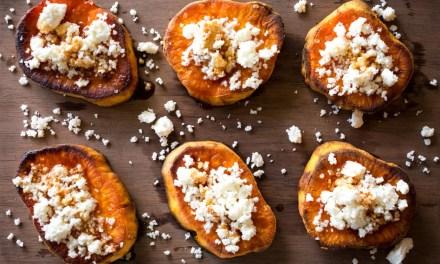 Camotes rostizados con queso doble crema y miel de chipotle
