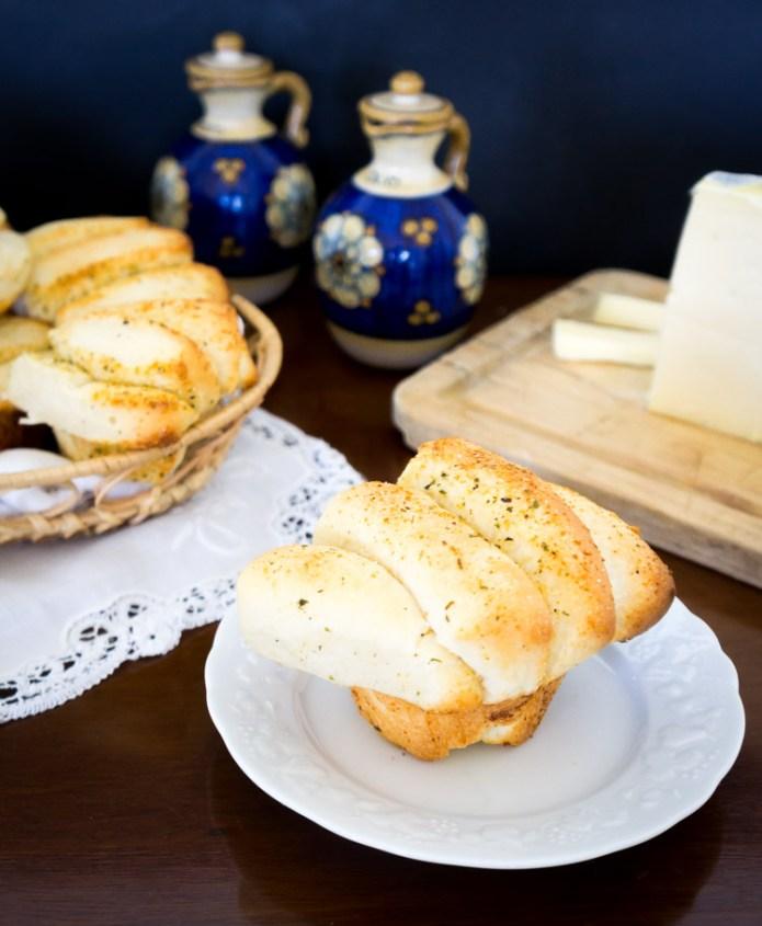 panecillos de parmesano y ajo en forma de mariposa