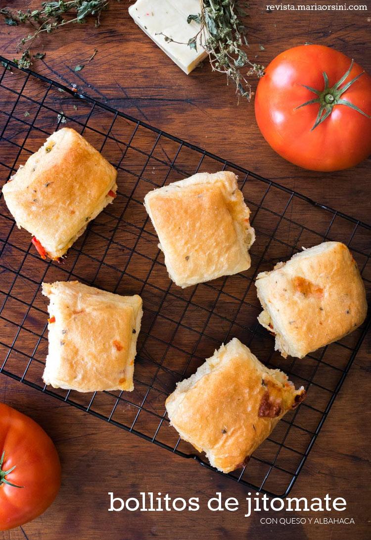 Bollitos de jitomate con queso y albahaca, receta en revista Maria Orsini