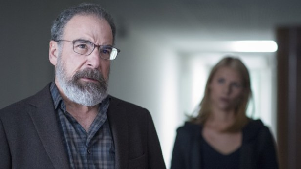 Mandy Patinkin as Saul Berenson and Claire Danes as Carrie Mathison in Homeland (Season 5, Episode 09). - Photo: Stephan Rabold/SHOWTIME - Photo ID: Homeland_509_5254.R