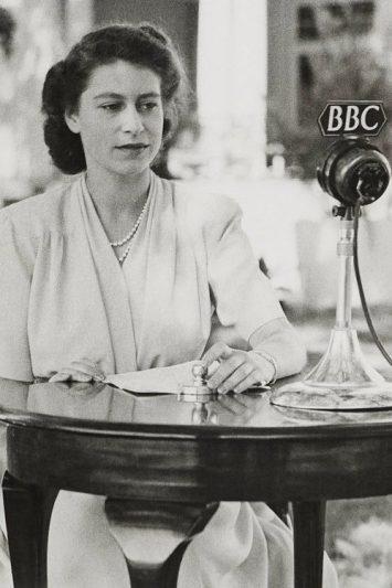 Regina Elisabeta și semnificația hainelor alese pentru discursul memorabil tv 2