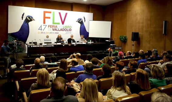 Aspecto del salón con Slavador Robles, Florencio Carrera y Luis José Caudrado durante la presetnación