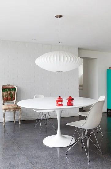 El comedor, compuesto por la mesa Tulip y las sillas Eames, hace honor a esta época. El toque contemporáneo lo da la mezcla de este ícono del diseño y la silla dieciochesca con tapizado moderno.