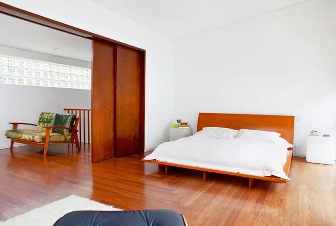 La alcoba principal se puede integrar con un estar de televisión si se abren dos grandes puertas corredizas de cedro.