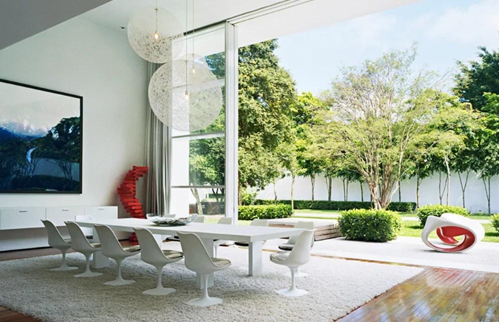 Este imponente volumen de concreto blanco dentro de un jardín abre espacios de tranquilidad en medio de la agitación y la densidad urbana de São Paulo.