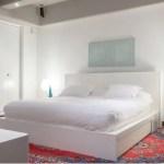 El tapete persa cobra protagonismo dentro de la limpieza estética de la habitación principal, cuya sencillez se ajusta para el descanso. El cuadro de fondo es del artista indígena Kindi Jatsu. Las mesas de noche son acrílicas y fueron encontradas en 5 en Punto.
