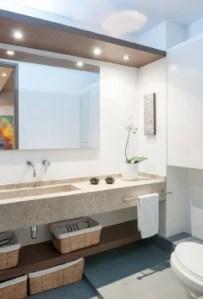 El baño principal es tan minimalista como el auxiliar. El mesón es de granito y el piso está pintado con epóxica de color gris.