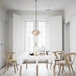 Este espacio está formado por las sillas In Between, la mesa Raft de roble macizo y tablero laminado, y la lámpara de suspensión Flower Pot con acabado cobre, de Gunni Trentino.