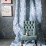 Jacquard de algodón, 04-05C3901 color blue, en Maritel del Nogal. Butaca Capitone de tonos verde con gris y patas de madera; taza de té con plato irregular; cuadro El deseo, de María Adelaida Penagos, lo anterior en Becara.