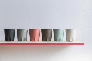 Vasos en plástico y cerámica por Kulør en en BlickFang 2015.