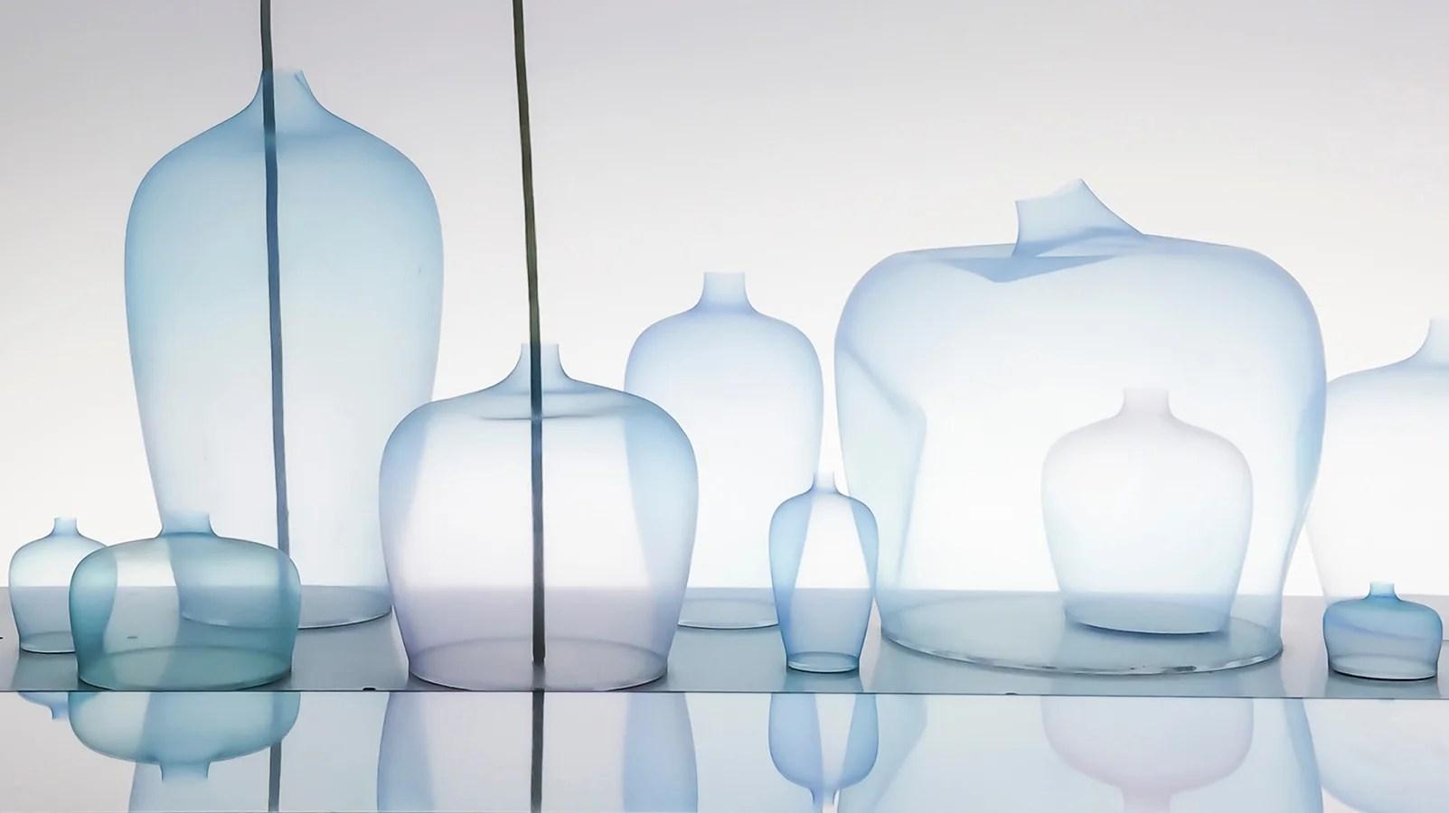 Nendo, Treinta jarrones de silicona ultradelgada ondean dentro de un acuario lleno de agua. La instalación Jellyfish, de Nendo, invierte la noción tradicional de un florero. Por medio de una corriente de aire controlado, la maleabilidad de la silicona descompone el uso tradicional del objeto.