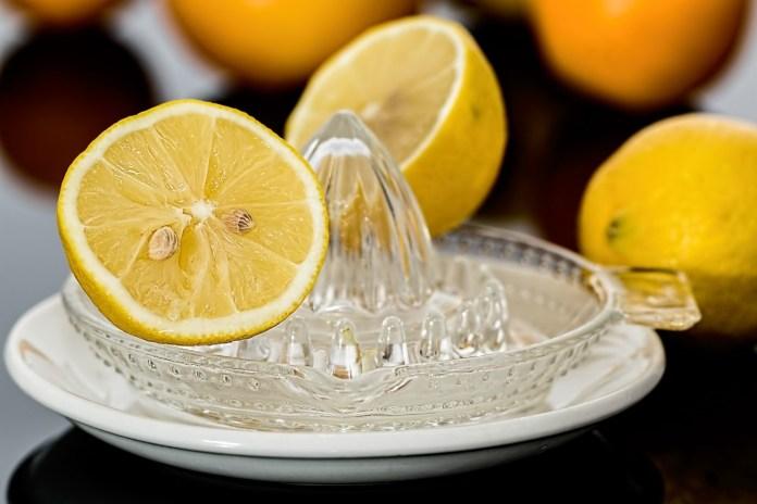 bebida isotônica caseira de limão