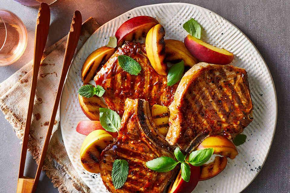 Cotlet de porc la grătar și piersici cu sos dulce de usturoi