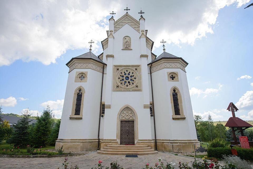 Florești, mănăstirea cu flori