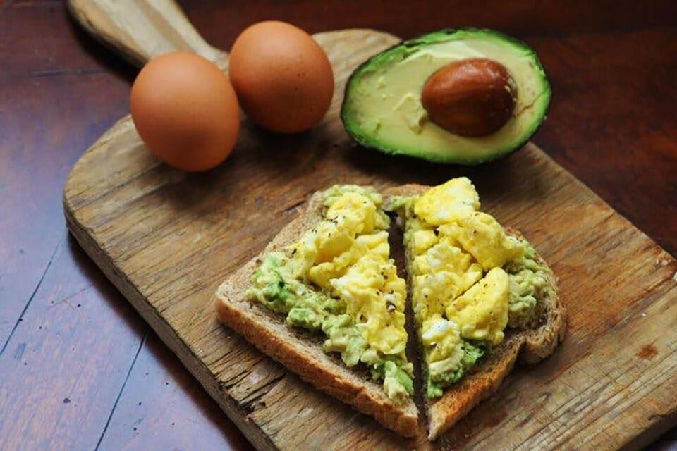 Avocado și ouă pentru un mic dejun hrănitor