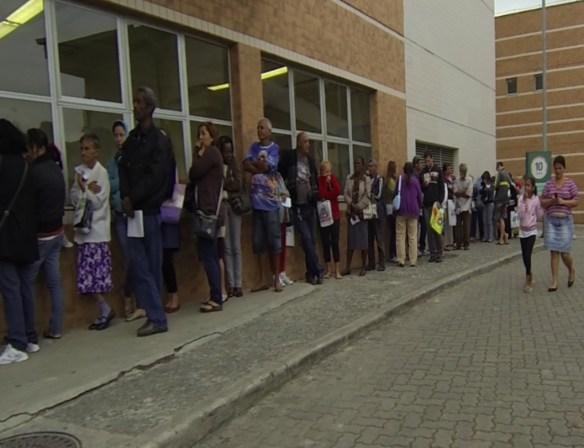 Pacientes do hospital de Acari passam mais de duas horas na fila || Foto: Rogerio Fiochi