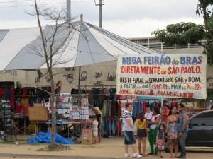 Moradores que passavam por perto decidiam parar e conferir a feira. Foto: Miriane Peregrino.
