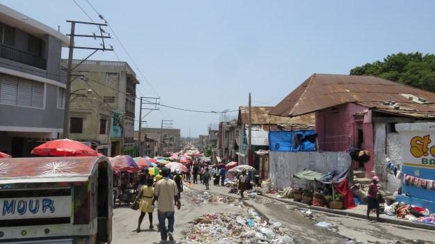 A população do Haiti sofre com a falta de serviços públicos básicos como coleta de lixo, escola pública, transporte público e o fornecimento insuficiente de energia elétrica, agravados após o terremoto de 2010. Porto Príncipe, Haiti.Foto: Miriane Peregrino