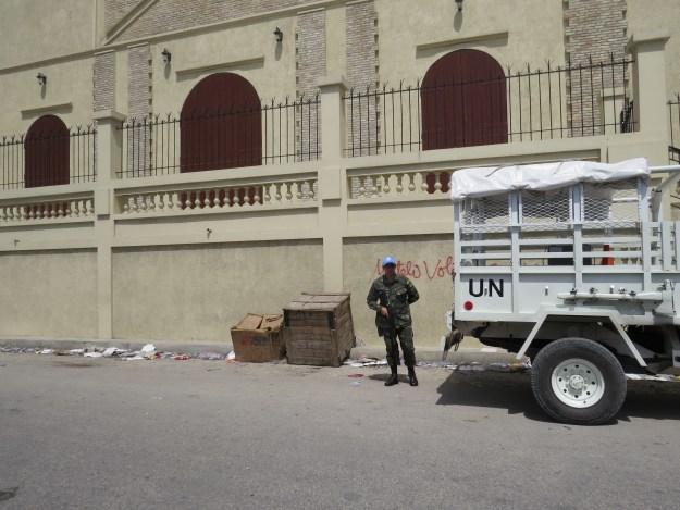Soldado brasileiro em jipe da ONU. Porto Príncipe, Haiti. Foto: Miriane Peregrino.
