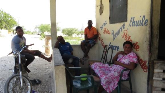 A família Gege aguardou sem entusiasmo as eleições no Haiti. Comércio dos Geges na beira da estrada que liga Fonds Parisien ao Posto de Malpasso, fronteira com a República Dominicana. Fonds Parisien, Haiti. Foto: Miriane Peregrino