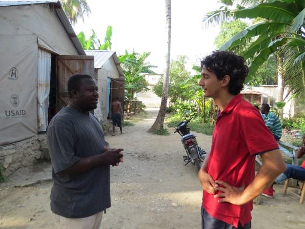 Fritz, no quintal de sua casa, concedeu entrevista em crioulo haitiano, traduzida pelo estudante brasileiro Felipe Evangelista. Jacmel, Haiti. Foto: Miriane Peregrino.