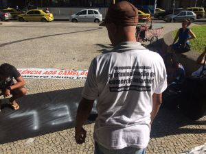 Concentração do ato na Candelária. Na camisa: Campanha de combate a criminalização do comércio informal. Movimento Unidos dos Camelôs (MUCA)