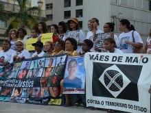Mães e familiares de jovens negros mortos por policiais protestam contra a violência com ativistas da Anistia Internacional em frente à Igreja da Candelária, no Rio de Janeiro. (Fernando Frazão/Agência Brasil)