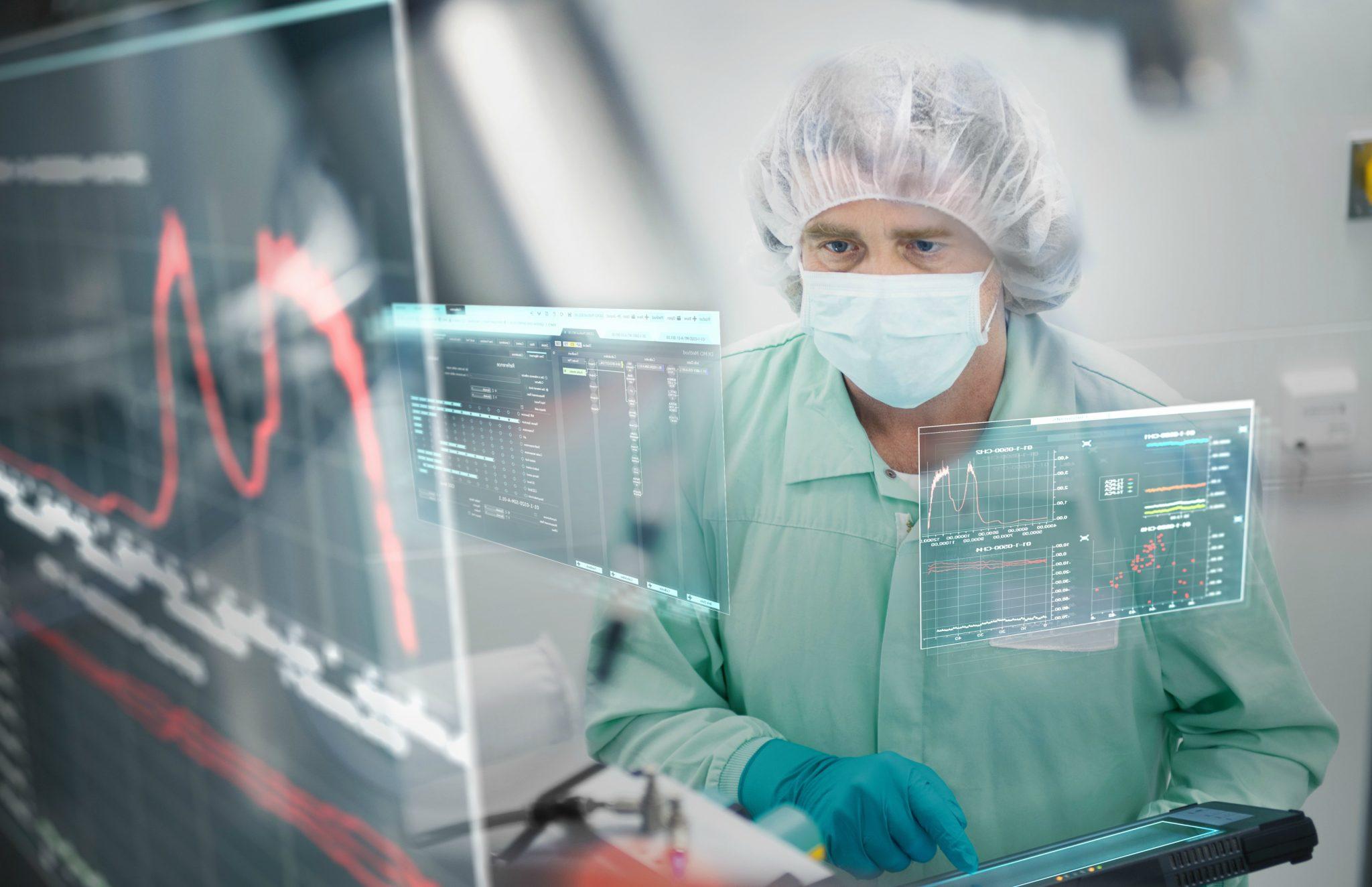 Homem olhando tela de computador na fábrica da Siemens