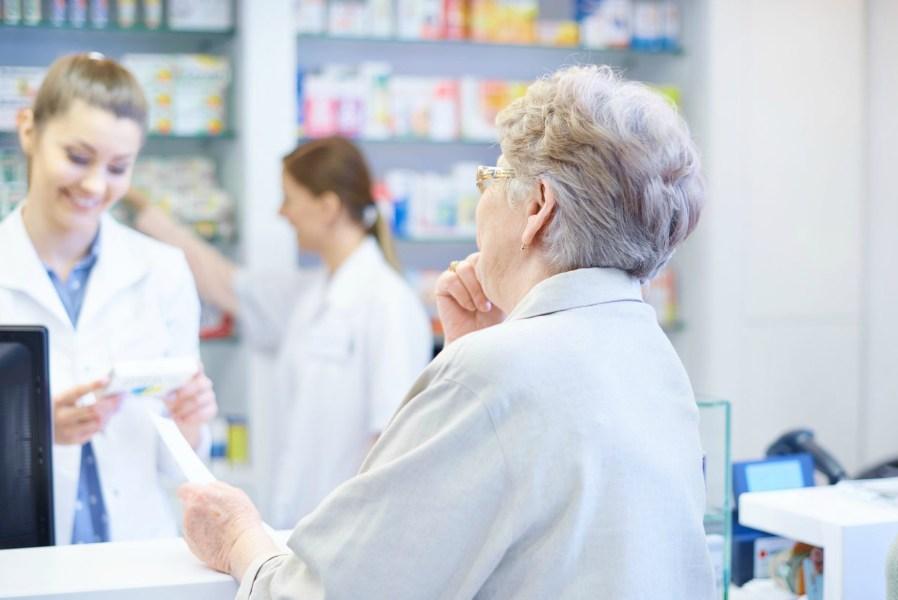 Idosos são os que mais compram em farmácias