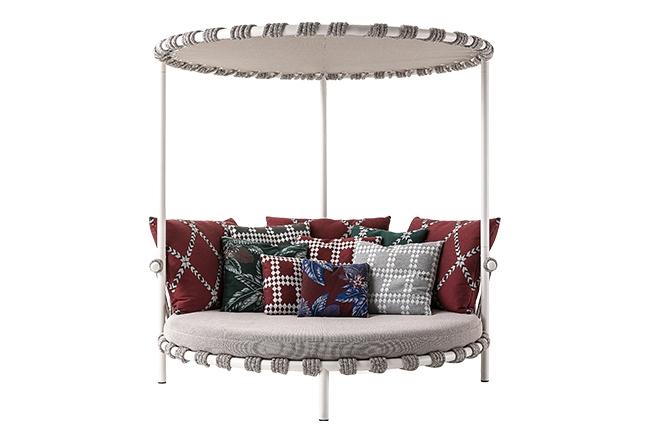 CASSINA | Idealizado por Patricia Urquiola, 561 Trampoline Love-bed foi inspirado nos pequenos trampolins encontrados nos jardins das casas da Groenlândia. Elegante, apresenta de estrutura em aço inoxidável e almofadas em tecido impermeável. Foto: Divulgação