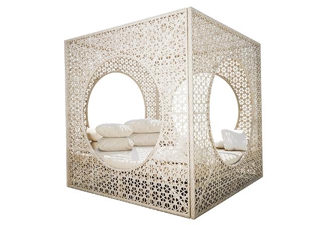 SKYLINE DESIGN | Realçando o ambiente natural, Cube Daybed apresenta proporções generosas em seu visual entrelaçado. Perfeito para relaxar, acolhe com sua estrutura em alumínio e almofadas com espuma de secagem rápida. Foto: Divulgação