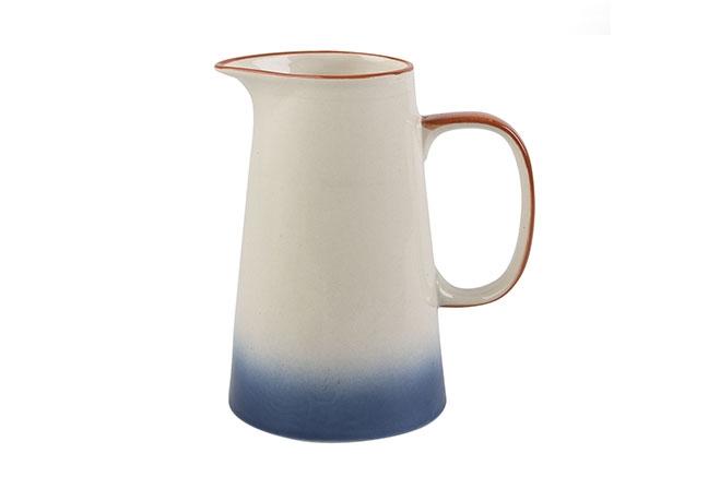 KITCHEN CRAFT | Em cerâmica, esta jarra tem um design discreto e acabamento com pintura em efeito ombre azul escuro, borda rústica de terracota e alça para finalizar o design de inspiração orgânica
